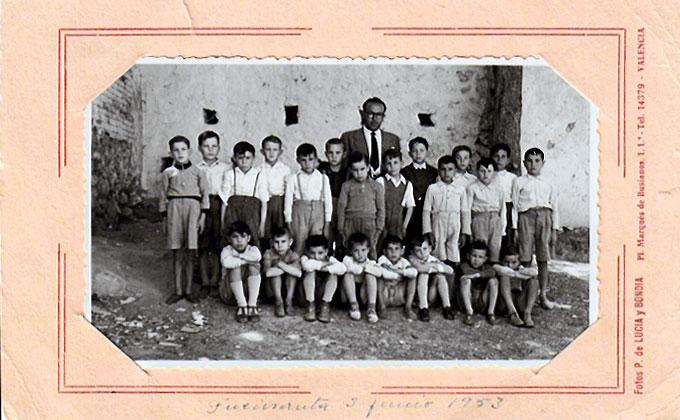 José Olmo y sus alumnos del curso escolar 1952/53 en Fuensanta.