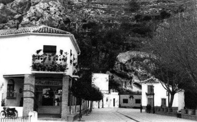 Patio Andaluz, al fondo la Fuente la Negra años 60.