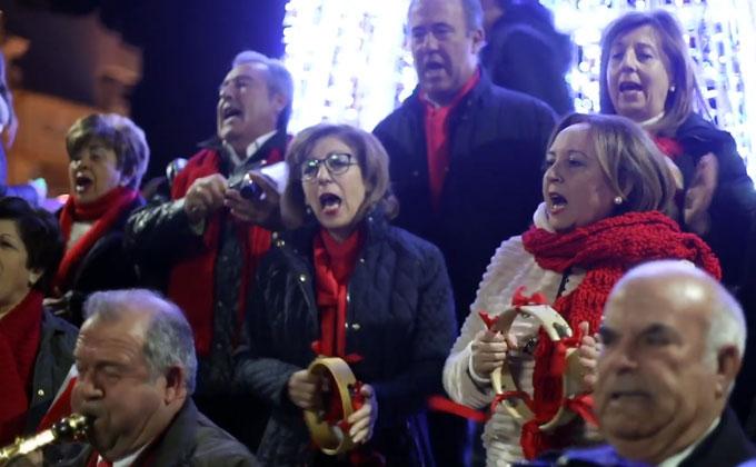 Fuensanteñ@s en la plaza del Ayuntamiento celebrando la Navidad.