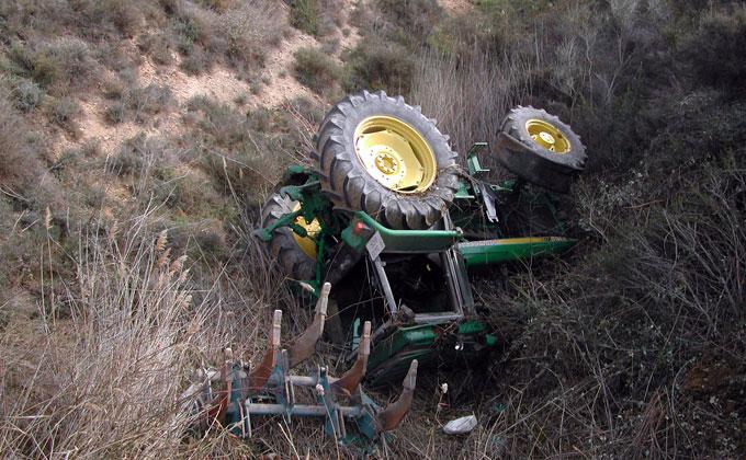 Tractor volcado. Imagen de archivo.